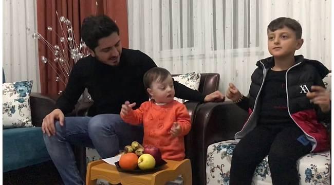 Down sendromlu çocuğu ile şarkı söyleyerek 'evde kal' mesajı verdi